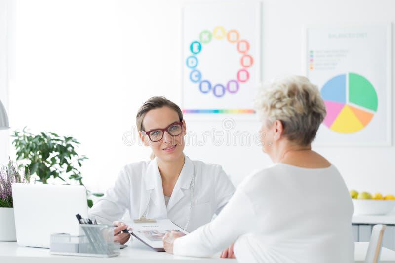 Doktor som planerar viktförlust royaltyfria foton