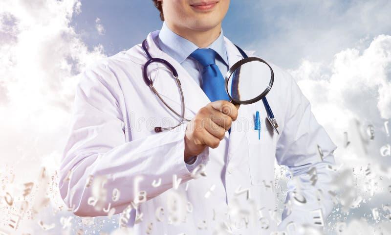 Doktor som söker dina sjukdomar royaltyfri bild