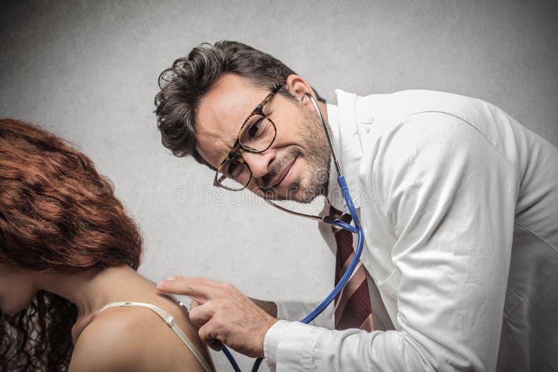 Doktor som ser en patient royaltyfria foton