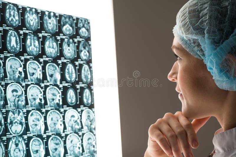 Doktor som ser röntgenstrålen royaltyfria bilder