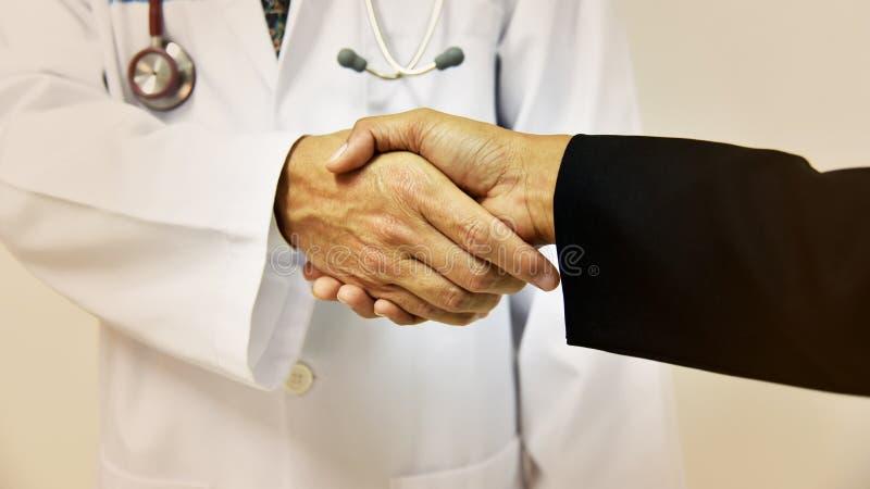 Doktor som skakar en patients händer; begreppstappningsignal royaltyfria bilder