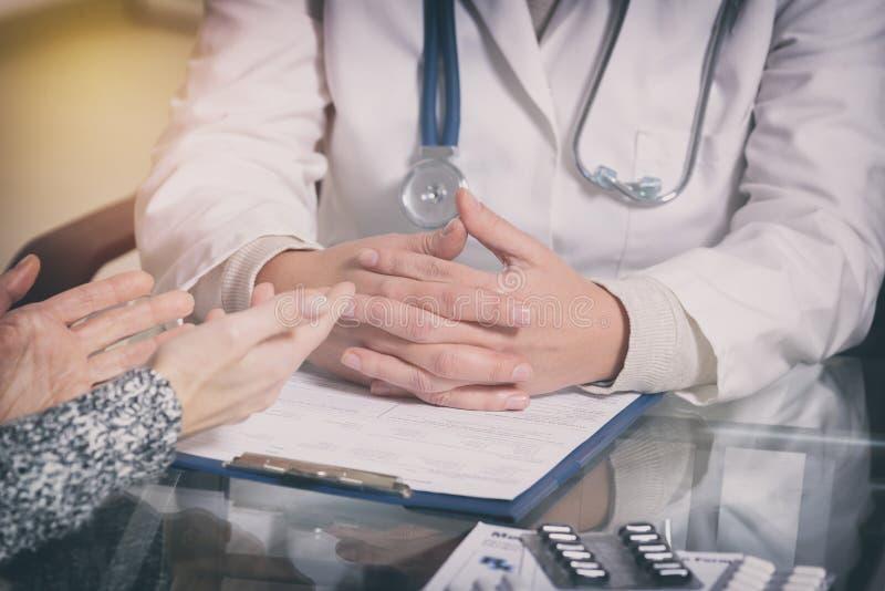 Doktor som talar med henne som är patient 库存图片
