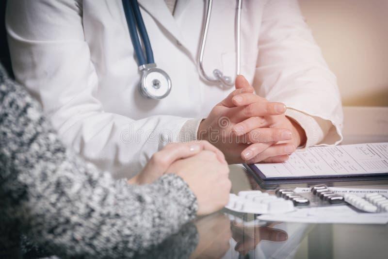 Doktor som talar med henne som är patient 免版税库存图片