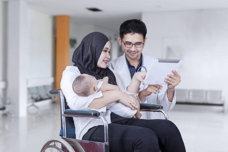 Doktor som talar med patienten i sjukhusgränd fotografering för bildbyråer