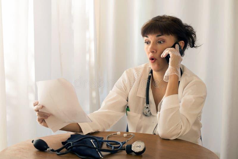 Doktor som talar på telefonen royaltyfri fotografi