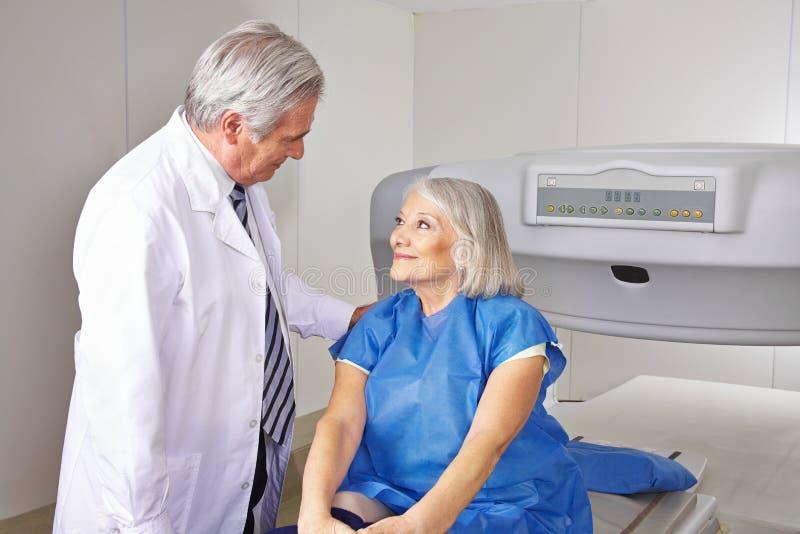 Doktor som talar till den höga patienten i radiologi royaltyfri foto