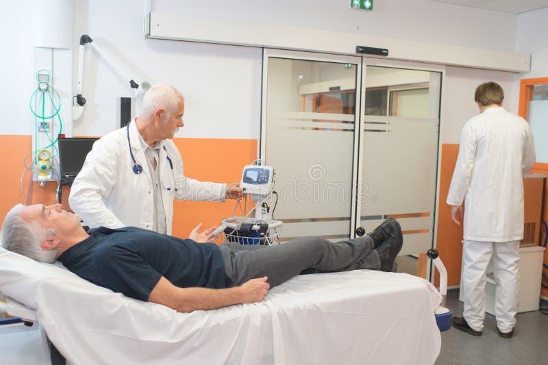 Doktor som tar puls för man` s royaltyfria foton