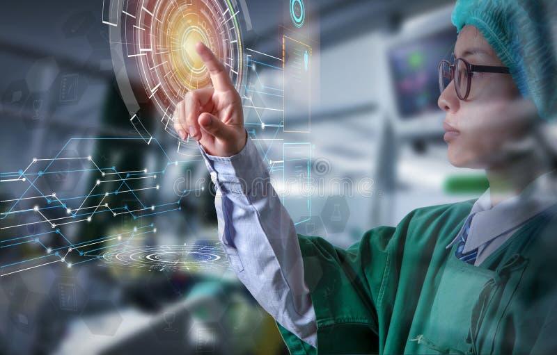 Doktor som trycker på på datorskärmen av futuristisk teknologiscre arkivbilder