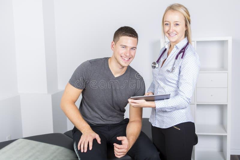 Doktor som undersöker hennes patient i medicinskt kontor arkivfoton
