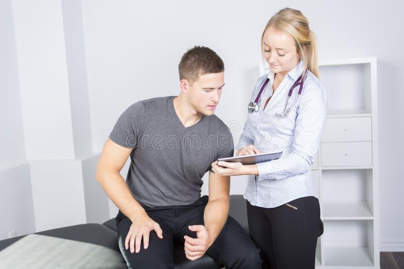 Doktor som undersöker hennes patient i medicinskt kontor royaltyfria foton