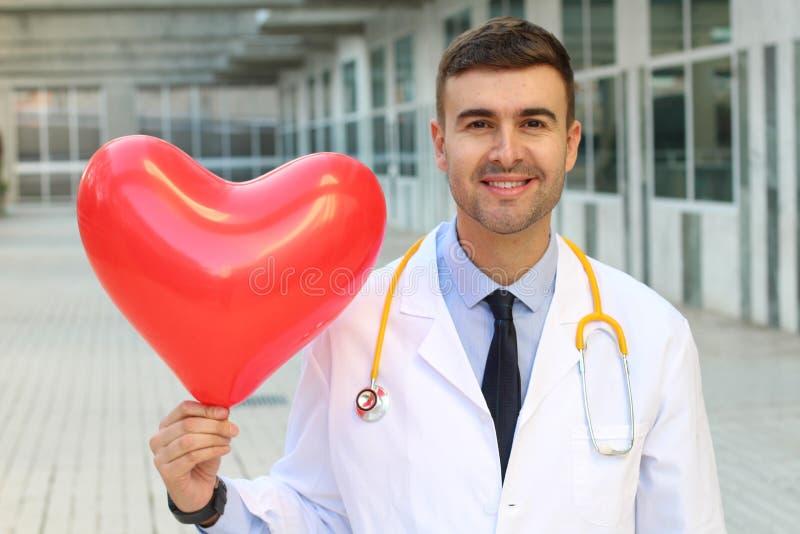 Doktor som visar en stark sund hjärta royaltyfri fotografi