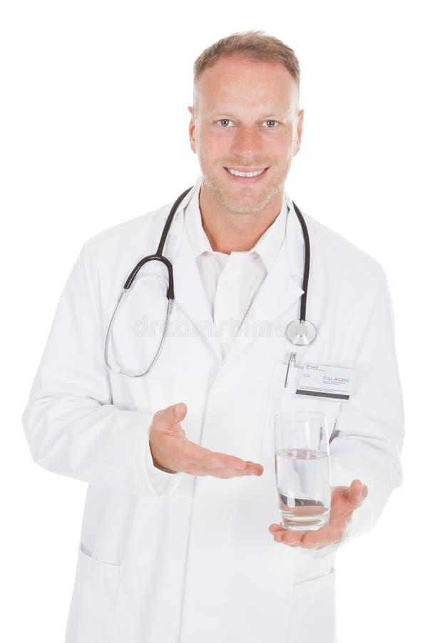 Doktor som visar exponeringsglas till vatten arkivbilder
