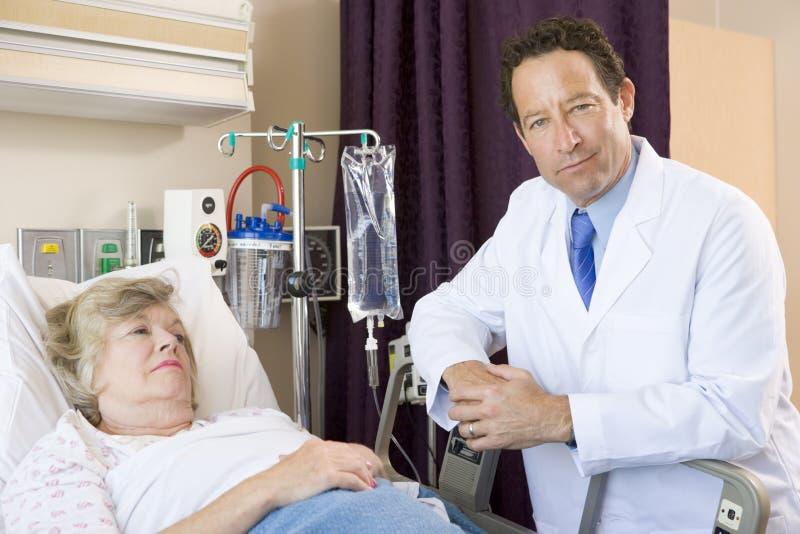 doktor sprawdzić pacjenta do szpitala fotografia royalty free
