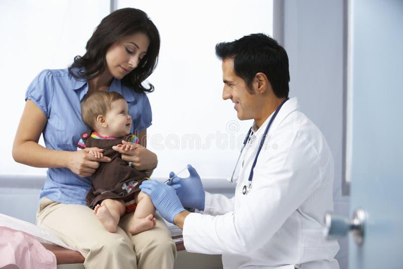 Doktor In Surgery Examining behandla som ett barn flickan royaltyfri fotografi