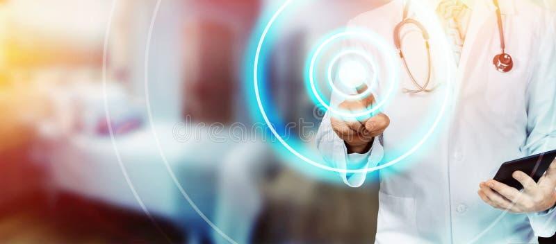 Doktor With Tablet Pointing i sjukhus Modern teknologi i sjukvård- och medicinbegrepp royaltyfria foton