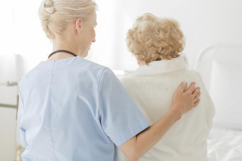 Doktor und ältere Dame lizenzfreie stockfotos