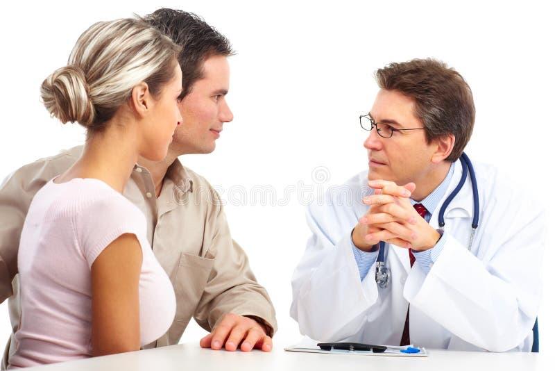 Doktor und ältere Paare lizenzfreies stockfoto