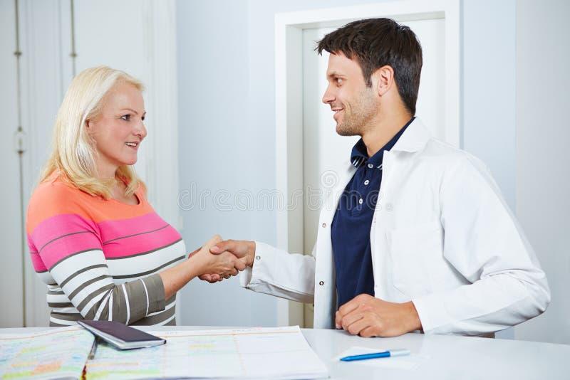 Doktor und älterer Patient, die Hände rütteln stockbilder