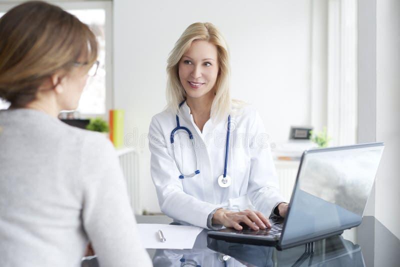 Doktor und ihr Patient lizenzfreie stockfotos
