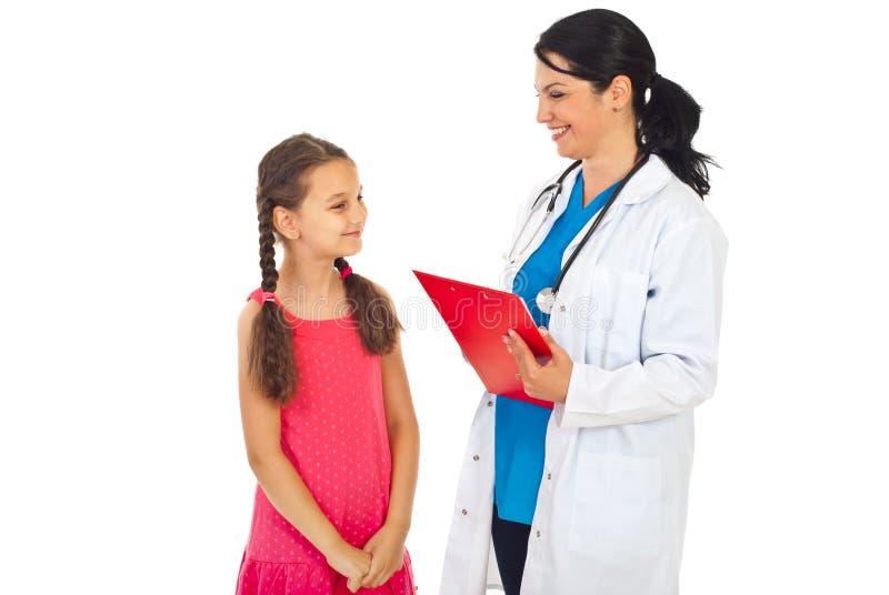 Doktor und Kind, die glückliches Gespräch haben lizenzfreies stockbild