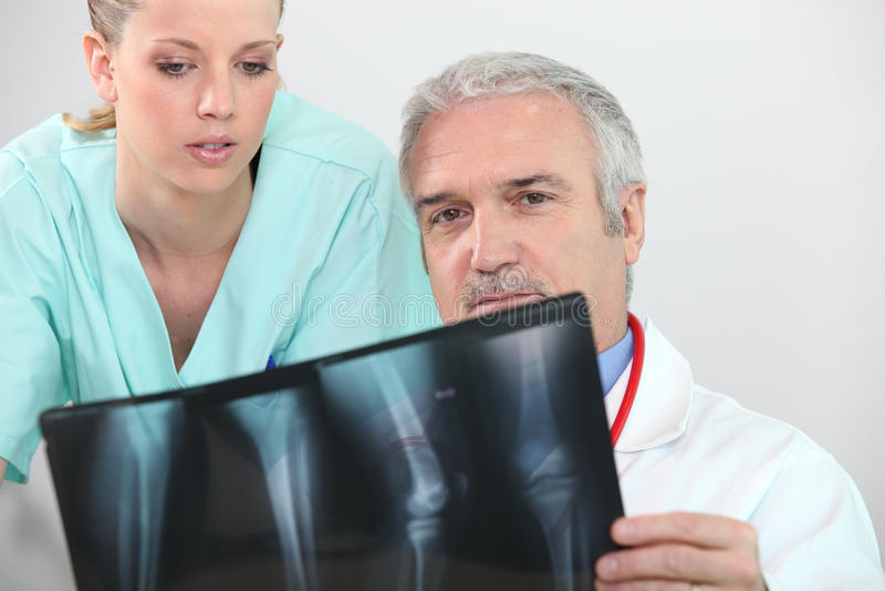 Doktor und Krankenschwester stockbilder