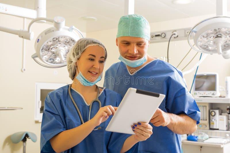 Doktor und Krankenschwester, die Tablet-Computer verwendet stockbilder