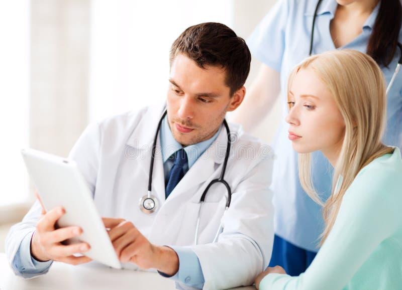 Doktor und Krankenschwester mit Patienten im Krankenhaus lizenzfreie stockfotos