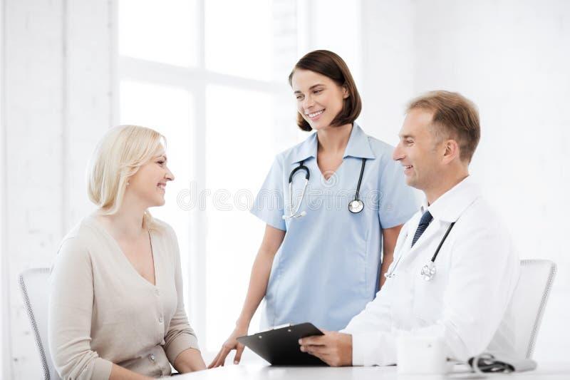 Doktor und Krankenschwester mit Patienten im Krankenhaus lizenzfreie stockfotografie