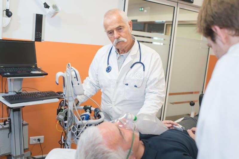 Doktor und Krankenschwester mit Patienten vor Chirurgie lizenzfreies stockfoto
