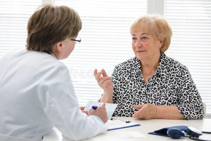 Doktor und Patient lizenzfreie stockfotos