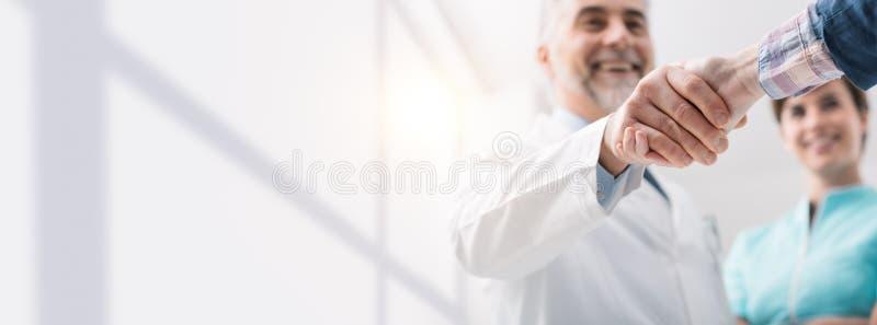 Doktor und Patient, die Hände rütteln lizenzfreies stockbild