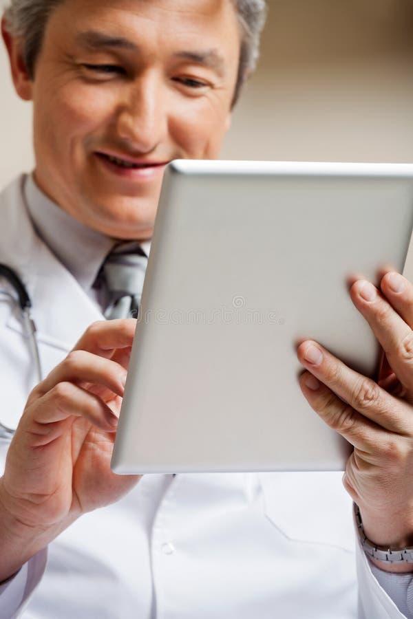Doktor Using Digital Tablet stockfoto