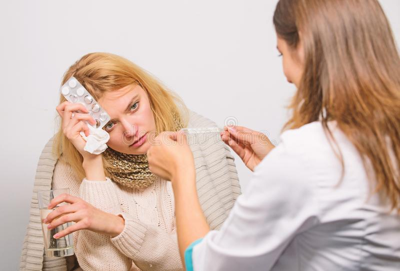 Doktor verst?ndigen sich mit Patienten empfehlen Behandlung Doktor fragen Patienten nach Symptomen Grippe und Tiefk?hlen Frau stockfotos