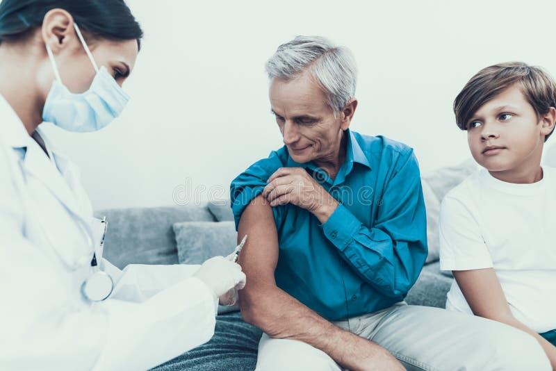 Doktor Visiting Family för att injicera insulin royaltyfria foton