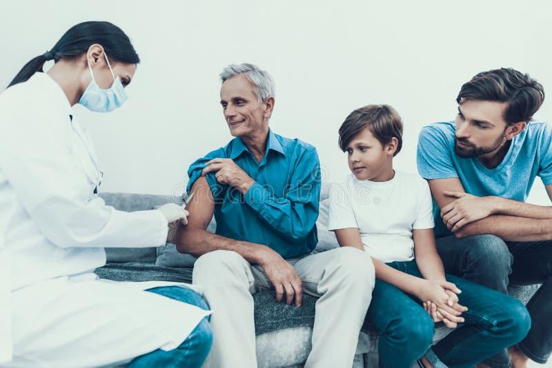 Doktor Visiting Family för att injicera insulin royaltyfri fotografi