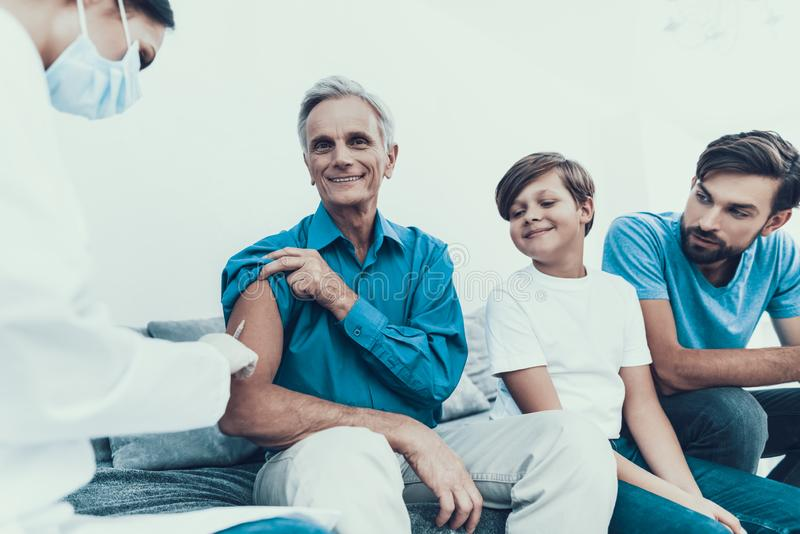 Doktor Visiting Family för att injicera insulin royaltyfri bild