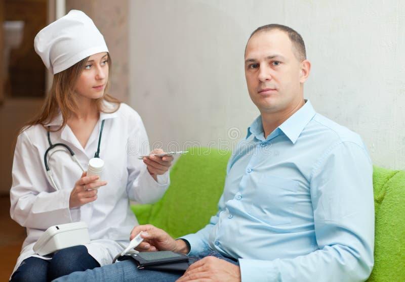Doktor von schreibt zum Patienten die Medikation vor lizenzfreies stockfoto