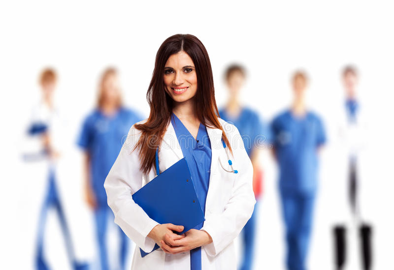 Doktor vor ihrem Ärzteteam stockbild