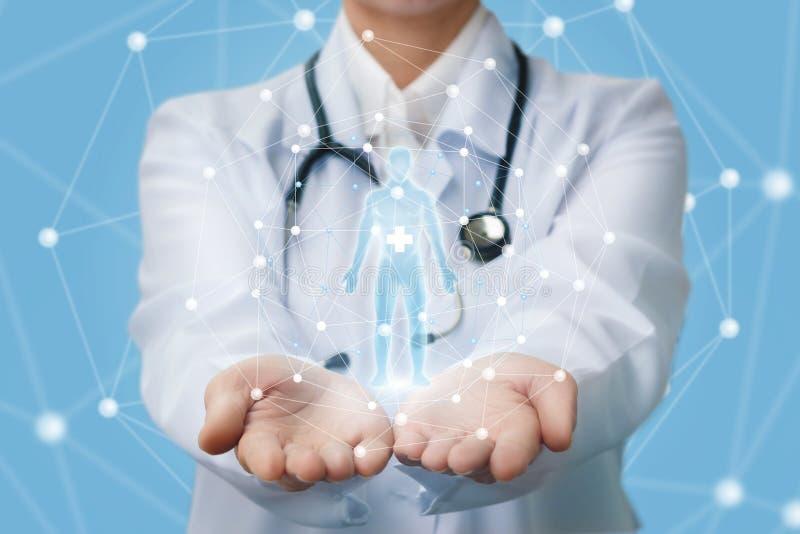Doktor zeigt ein Hologramm einer Person stockbild
