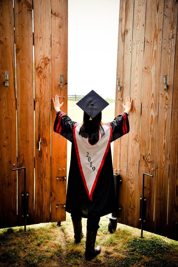 Doktorand- öppnande dörrar till en ljus framtid royaltyfria foton