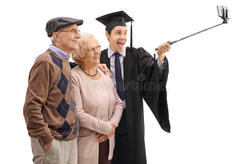 Doktorand som tar en selfie med hans morföräldrar arkivfoton