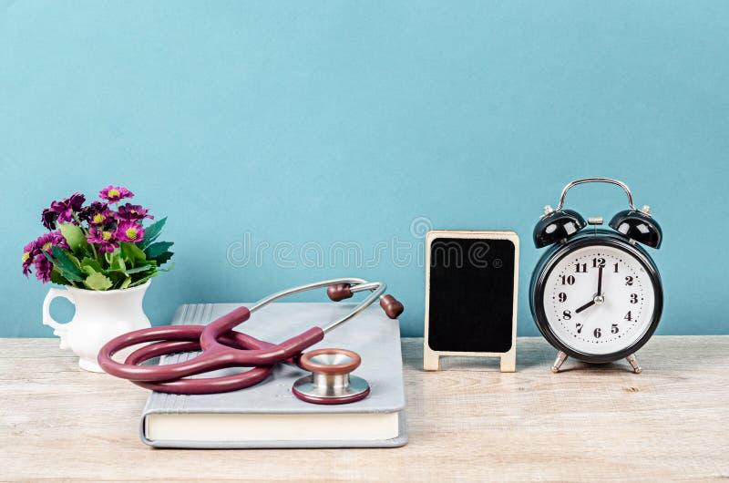 Doktorarbeitsplatzschreibtisch mit Stethoskop stockbild