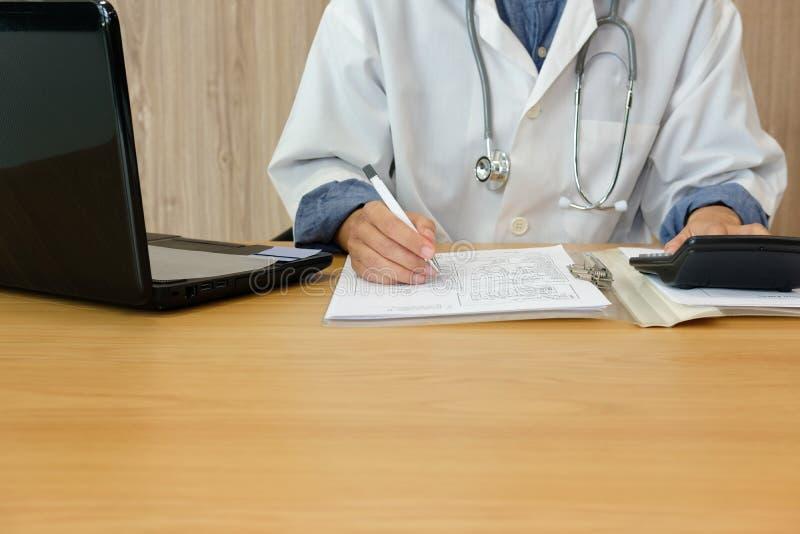 Doktorarzt mit Stethoskop medizinische Gebührenkosten u. -einkommen berechnen Praktikergebrauchstaschenrechner am Krankenhaus stockfoto