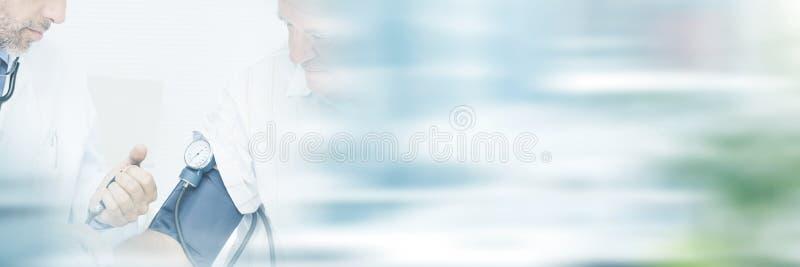 Doktorblutdruckmessungen seines Patienten im Ruhestand stockbild
