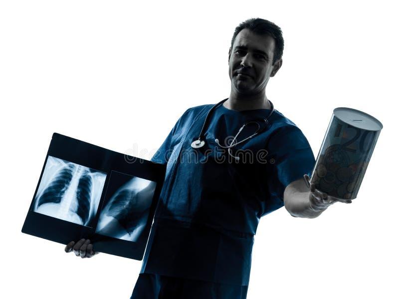 Doktorchirurgradiologe, der einen Geldkasten anhält stockfotos