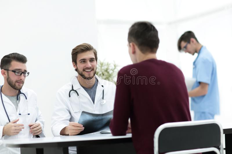 Doktoren besprechen mit dem Patienten den Röntgenstrahl stockfotos