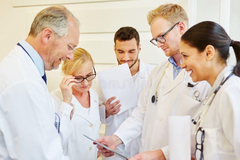 Doktoren in der Sitzung stockfotos