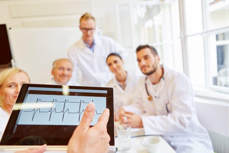 Doktoren, die ECG Finden besprechen stockfotos