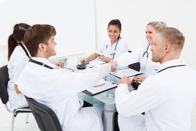Doktoren, die Hände rütteln lizenzfreies stockbild