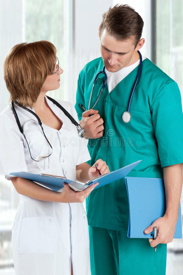 Doktoren mit Dateifaltblatt lizenzfreie stockfotos